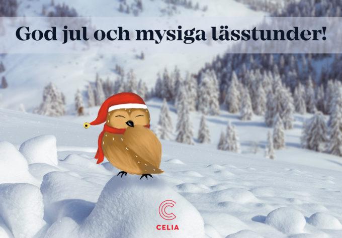 En uggla med en tomteluva på en snövall, med text god jul och mysiga lässtunder.