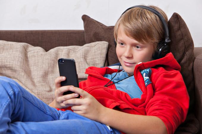 en pojke med smarttelefon