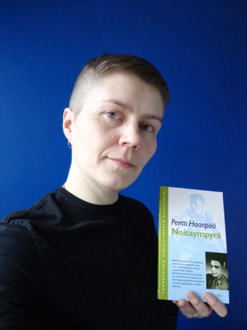 Fanny Neittaanmäki selfiessä Pentti Haanpään teoksen Noitaympyrä kanssa
