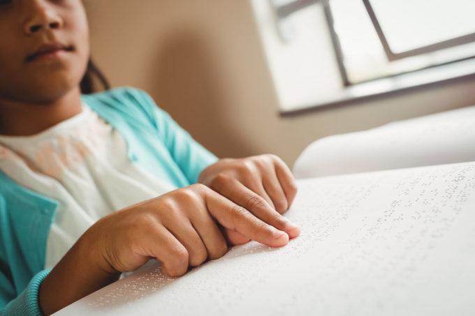 Tyttö lukee pistesivua