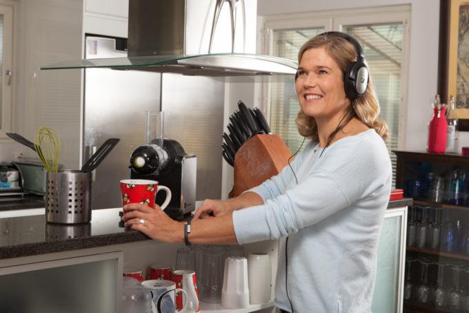 Keittiössä. Nainen ja muki.