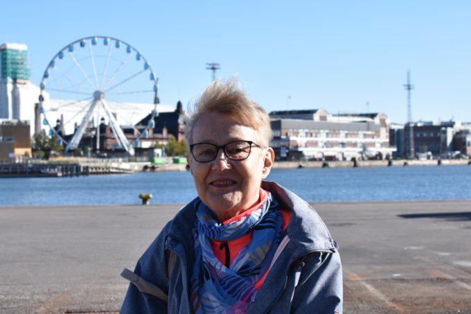 Kuvassa Marja-Liisa maailmanpyörän edessä