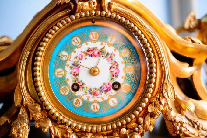 Kuvailutulkkaus: Kultareunainen juhlava kello