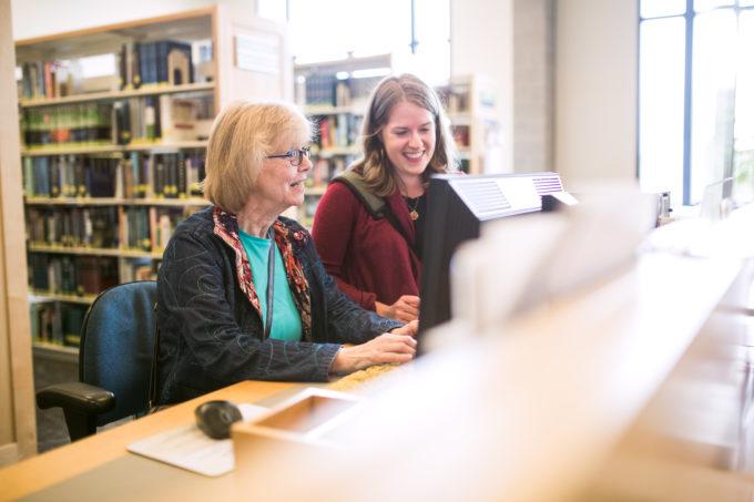 Kuvassa iloista asiakaspalvelua kirjastossa