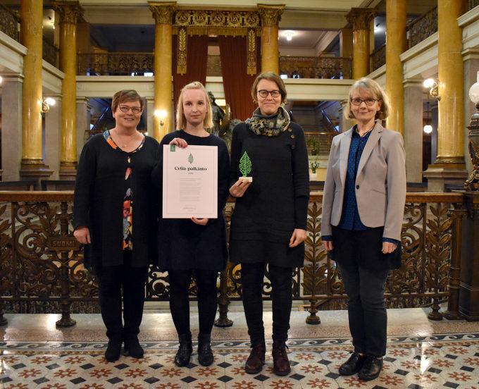 Helsingin kaupunginkirjaston edustajat ottamassa vastaan Celia-palkintoa Säätytalolla 7.11.2018