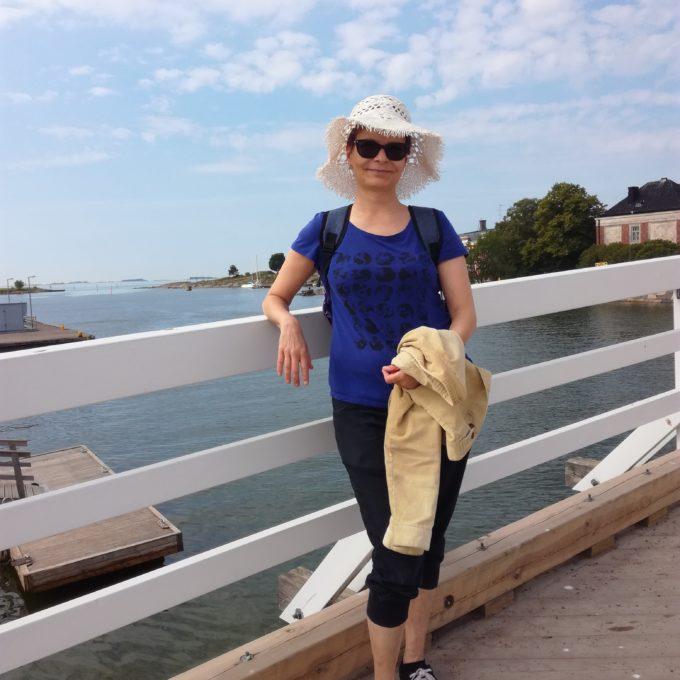 Tuija kesäisellä sillalla Suomenlinnassa kesähattu päässä