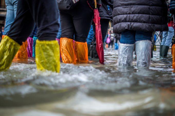 Ihmisiä kahlaamassa tulvavedessä
